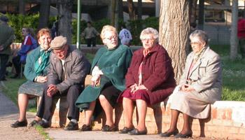 Anziani seduti al sole. Archivio Città metropolitana di Bologna
