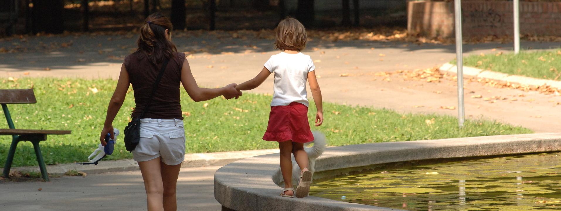 Immagine di una bimba a passeggio