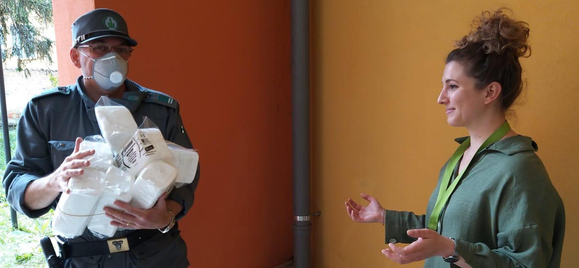 Consegna delle mascherine da parte della Polizia metropolitana