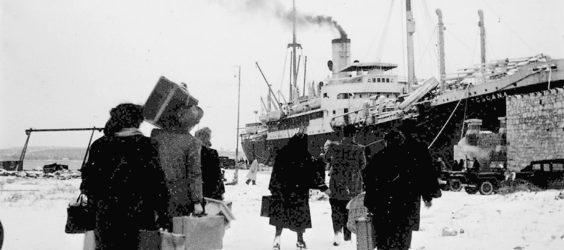 Foto Wikipedia: Polesani diretti verso il piroscafo Toscana, che li traghetterà fino a Venezia