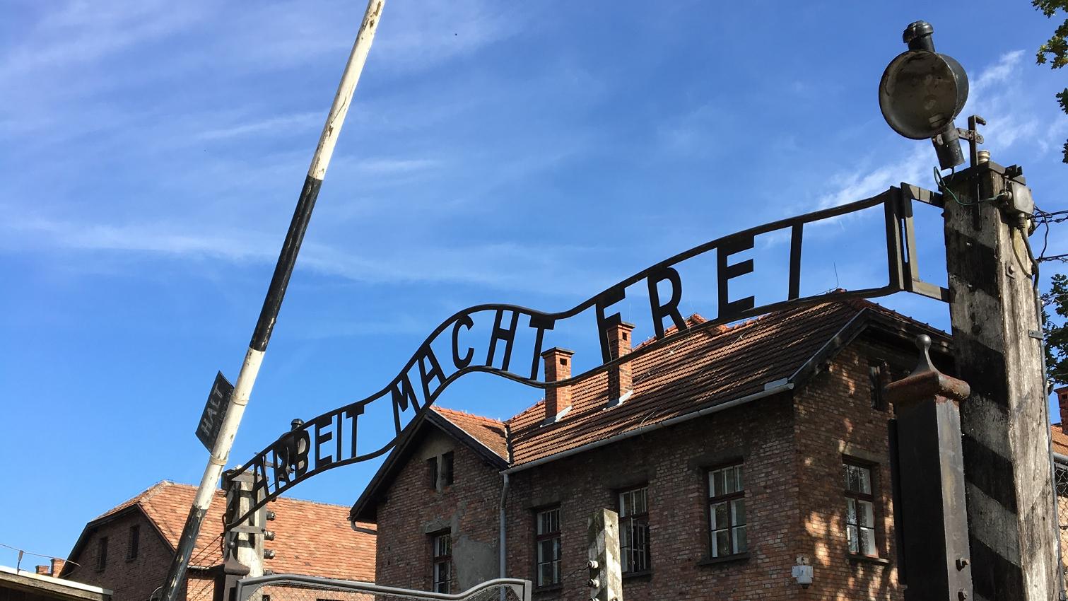 La scritta all'ingresso del campo di concentramento di Auschwitz