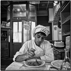 Dal sito Immigrazione: Roberto, rifugiato dall'Afghanistan, lavora in un noto ristorante. (Foto di Alessandro Zanini)