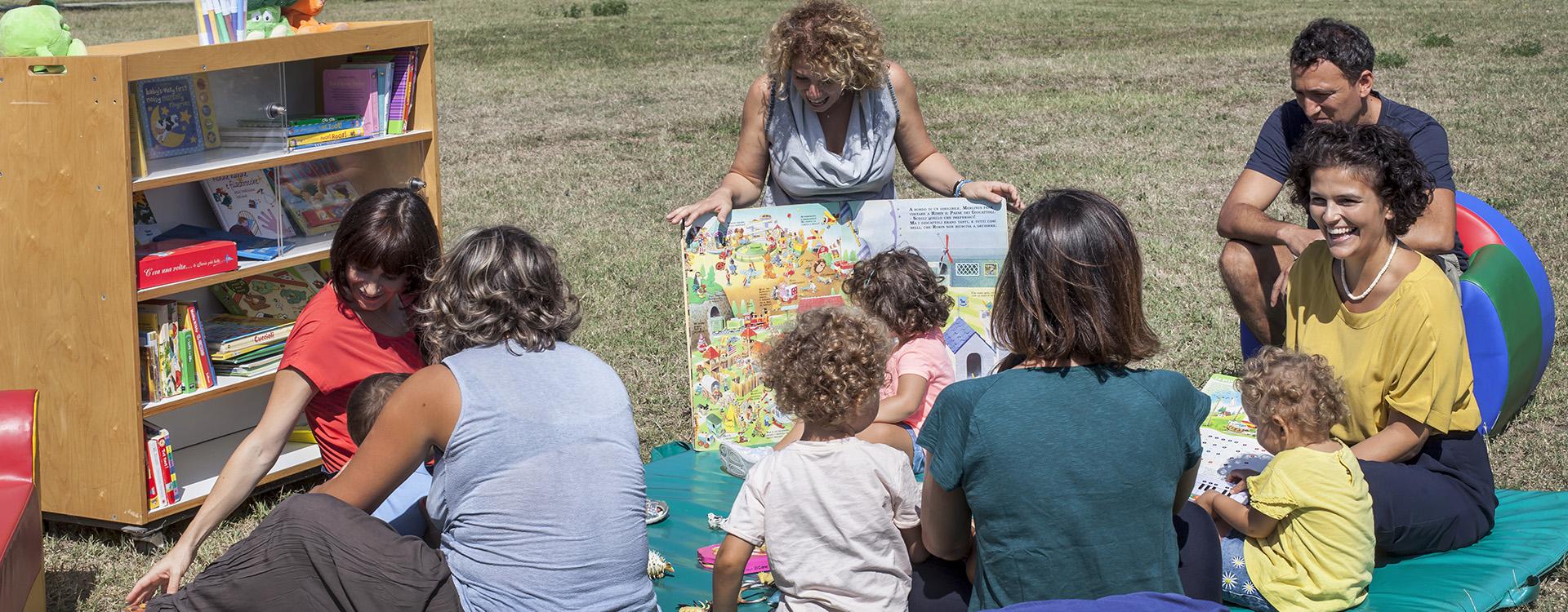 Foto: un incontro di lettura con mamme e bambini