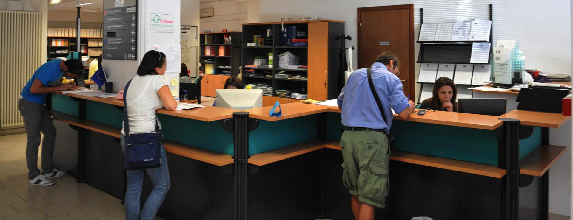 Persone in un ufficio pubblico