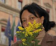 Donna con mimosa - Archivio Provincia di Bologna