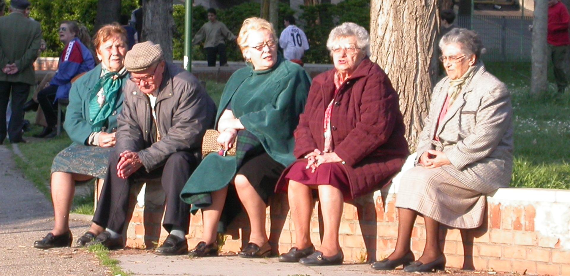 Anziani seduti all'aperto - Archivio Città metropolitana di Bologna