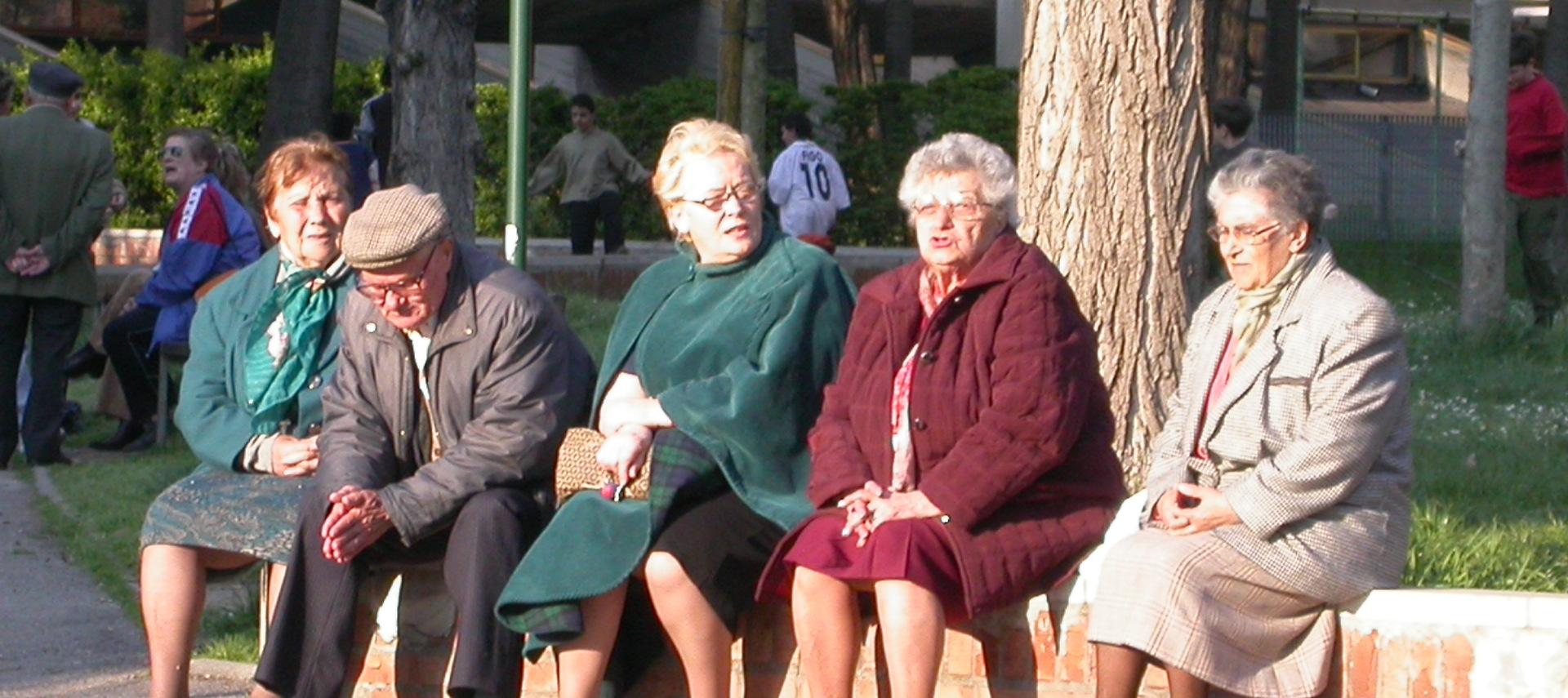Foto: anziani seduti all'aperto. Archivio Città metropolitana di Bologna
