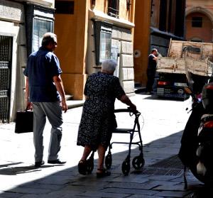 Anziana a passeggio - Archivio Città Metropolitana di Bologna