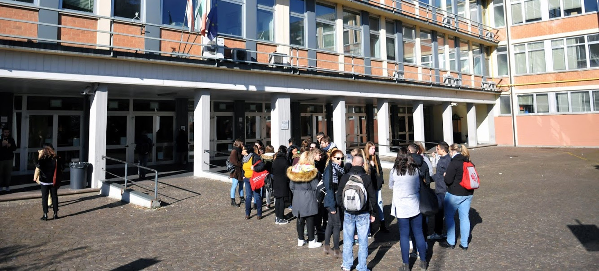 Studenti all'entrata a scuola