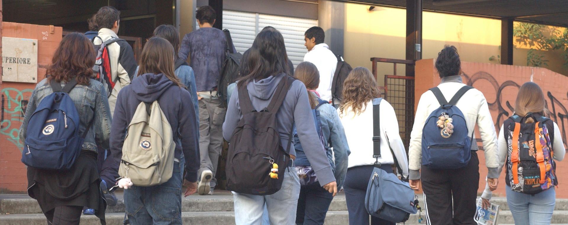 Foto: studenti che entrano a scuola. Archivio Città metropolitana di Bologna