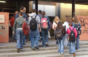 Studenti davanti alla scuola - Archivio Provincia di Bologna
