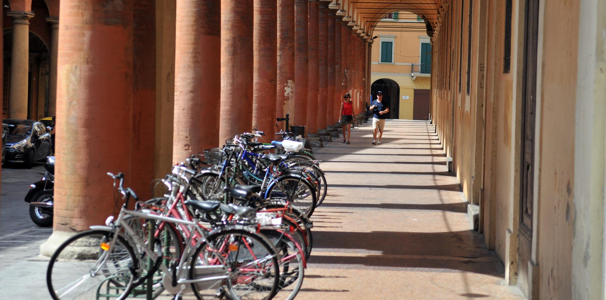 Bici sotto i portici - Archivio Città metropolitana di Bologna