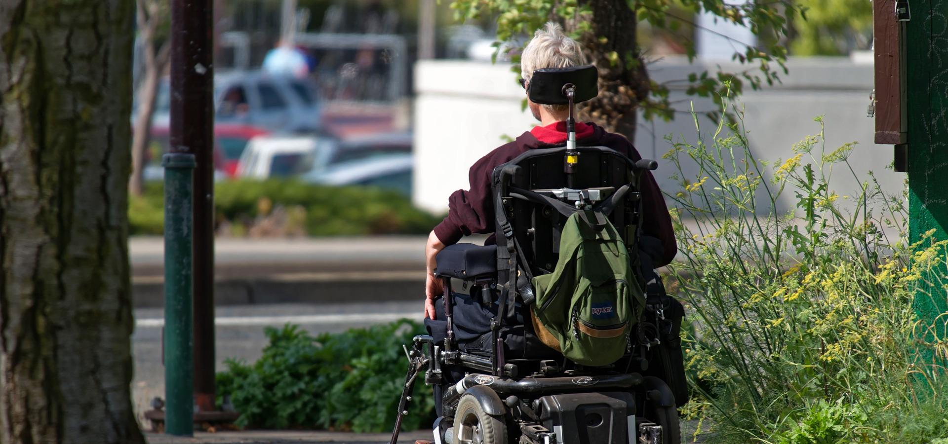 Persona su sedia a rotelle