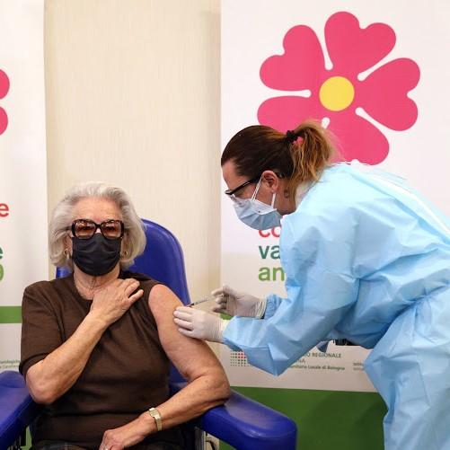 Vaccini, da lunedì 1 marzo via alle prenotazioni per gli over 80