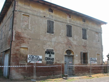 Foto: l'edificio da demolire. Comune di Calderara di Reno