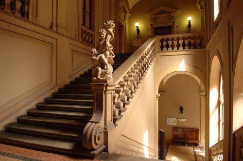 Lo scalone che porta al piano nobile