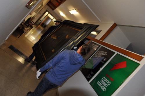 Le opere vengono portate in una sala adibita all'imballaggio