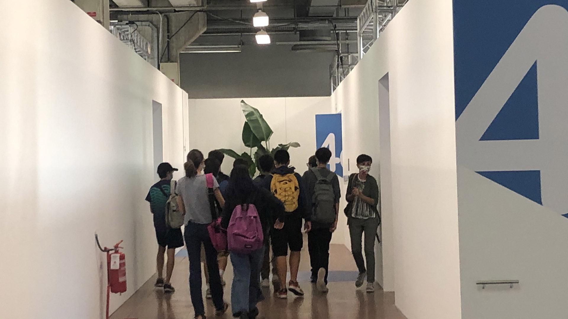 Studenti all'interno del padiglione