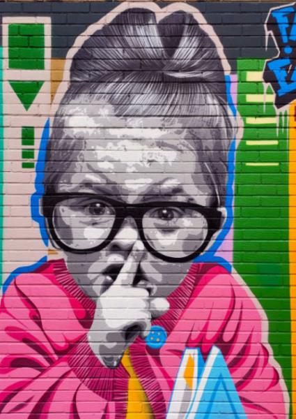 """""""Shh"""": l'opera dello street artist Fabieke sulla facciata della biblioteca comunale di Pianoro"""